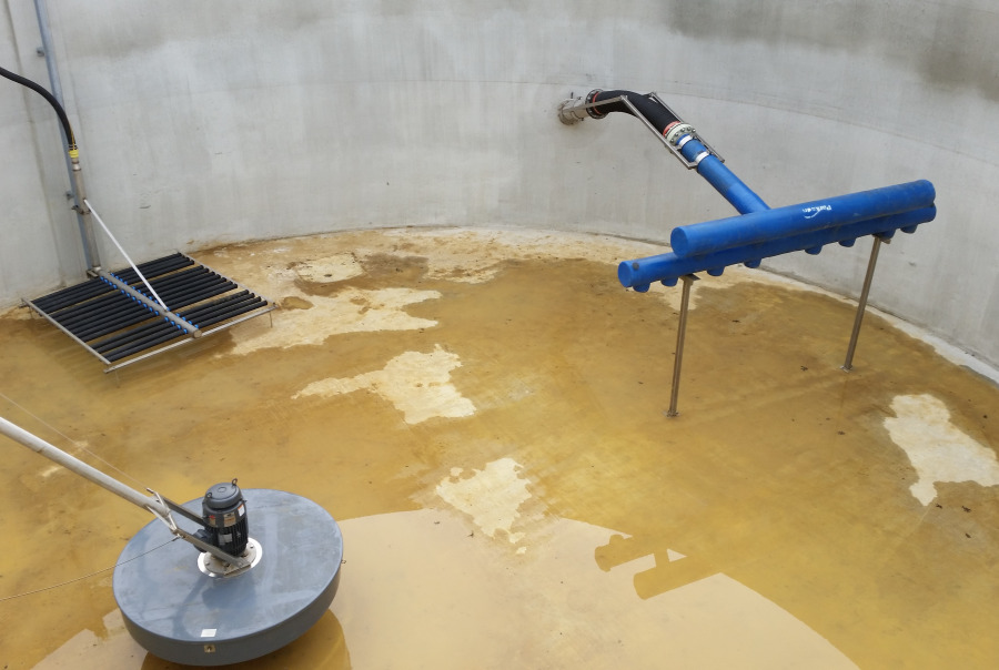 RetrievOx™ wastewater aeration system with floating mixer and DynaCanter floating decanter